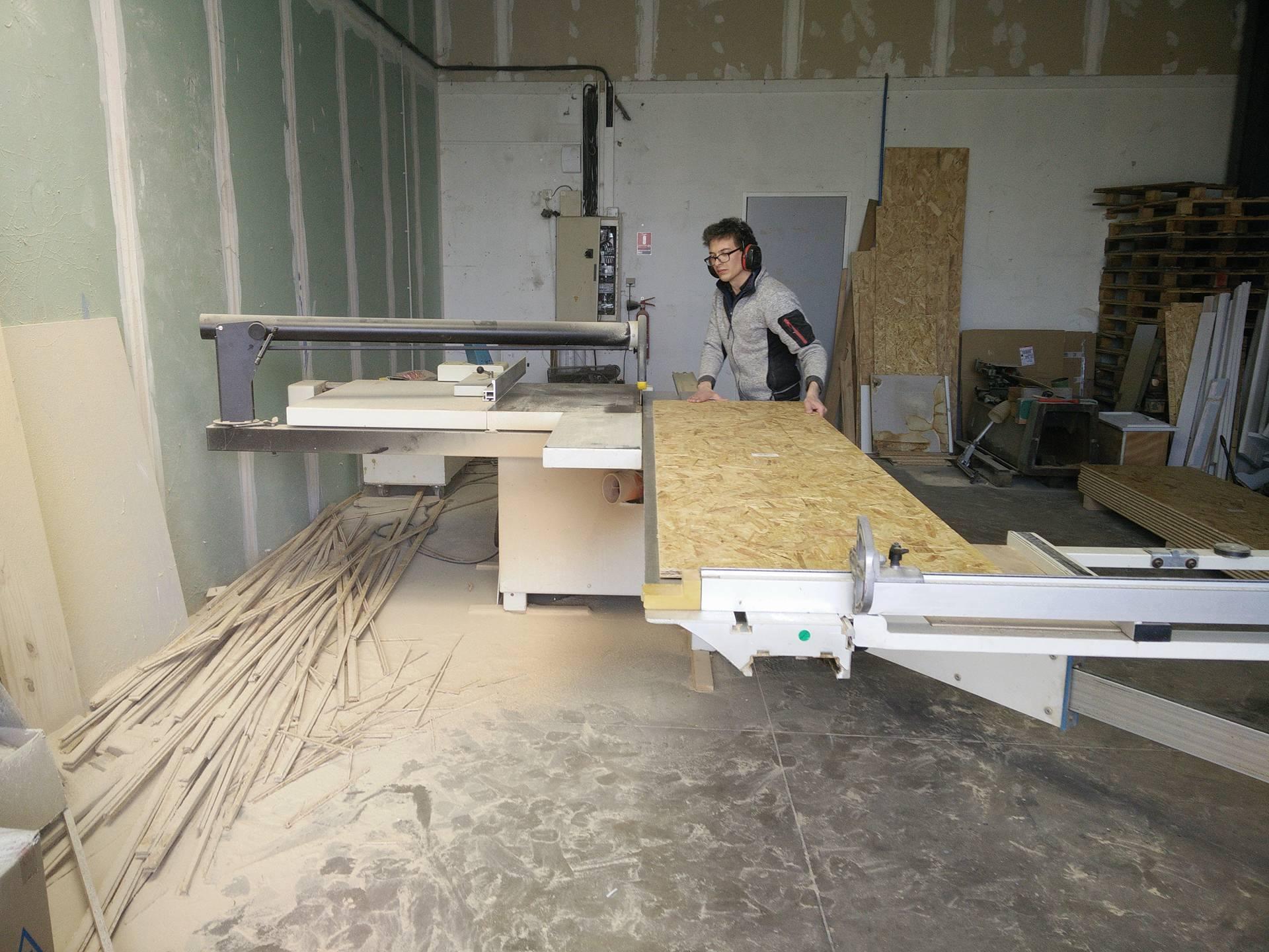 Jean fabrique les étagères pour nos vêtements de travail
