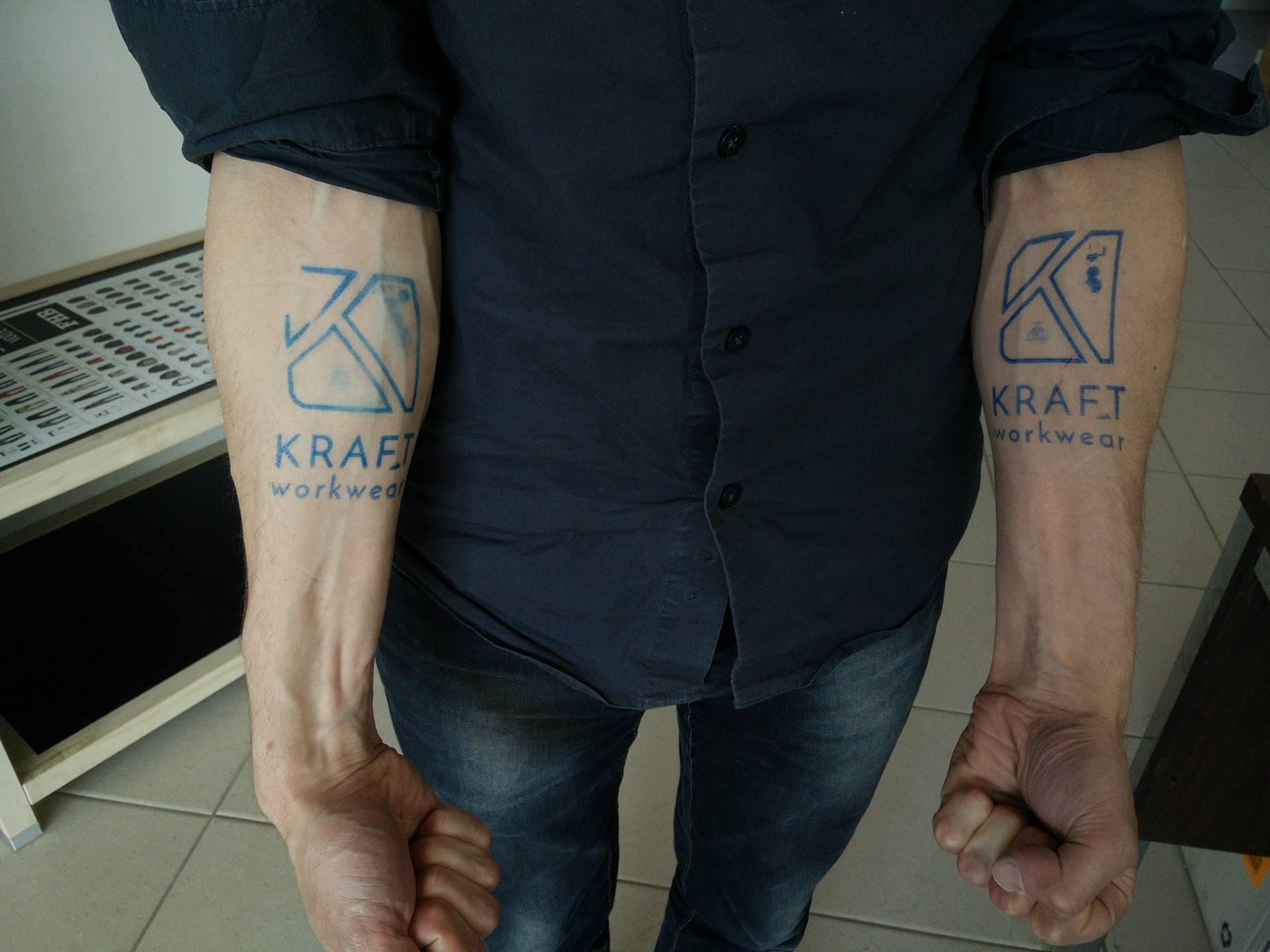 Tatouages façon Blaklader avec l'effigie de Kraft sur Jean Copleutre