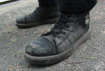 Une photo des chaussures de sécurité FHB Linus, portées par une personne travaillant dans la logistique