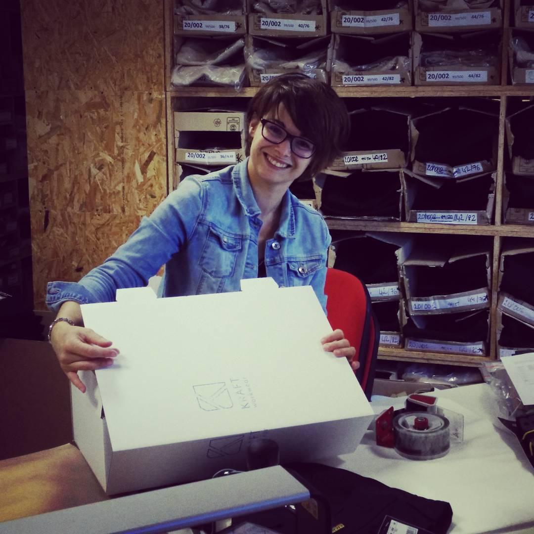 Aude aide à préparer les colis Kraft Workwear