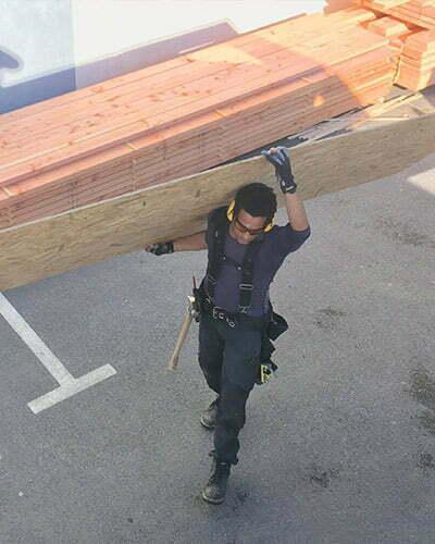 ismael construit sa maison avec un pro du bois