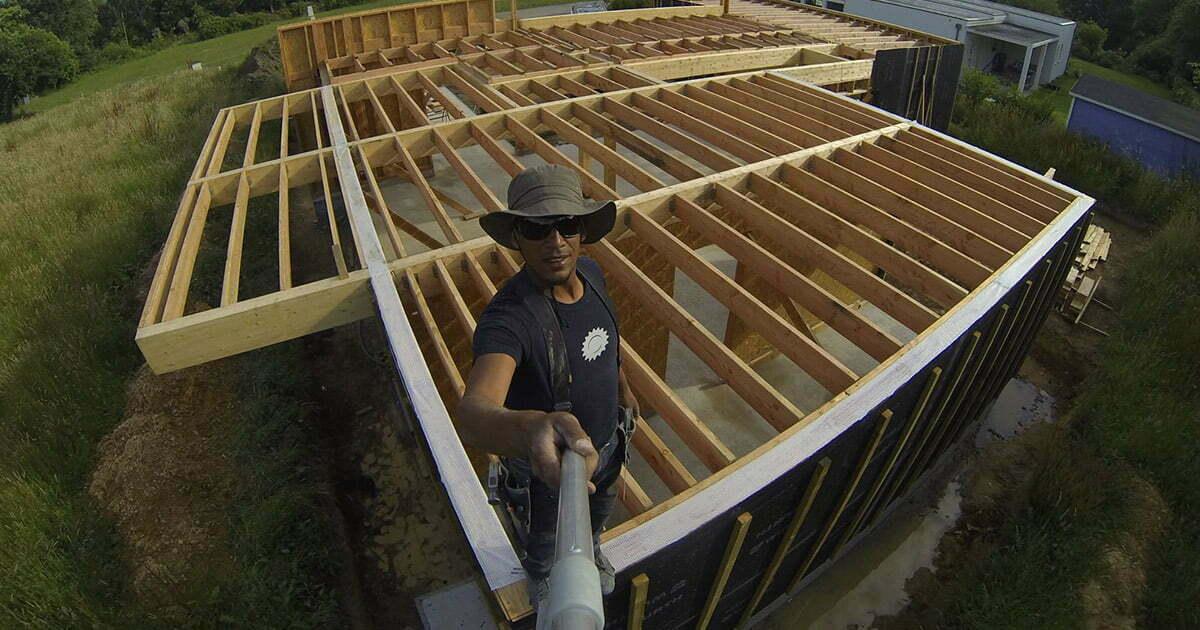 selfie d'ismael sur son chantier de charpente bois