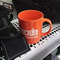 tasse à café posée sur une étagère du kilt blaklader