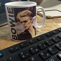 tasse à café près d'un clavier d'ordinateur