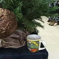 tasse à café au pied du sapin de noel