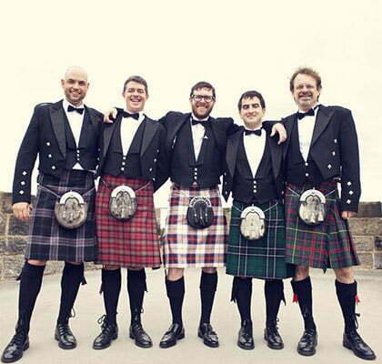 des hommes posent en kilt lors d un mariage ecossais