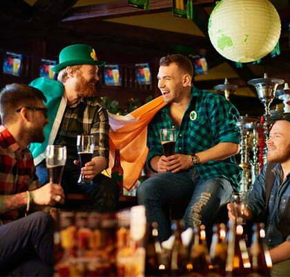 des amis trinquent a la saint patrick dans un pub irlandais
