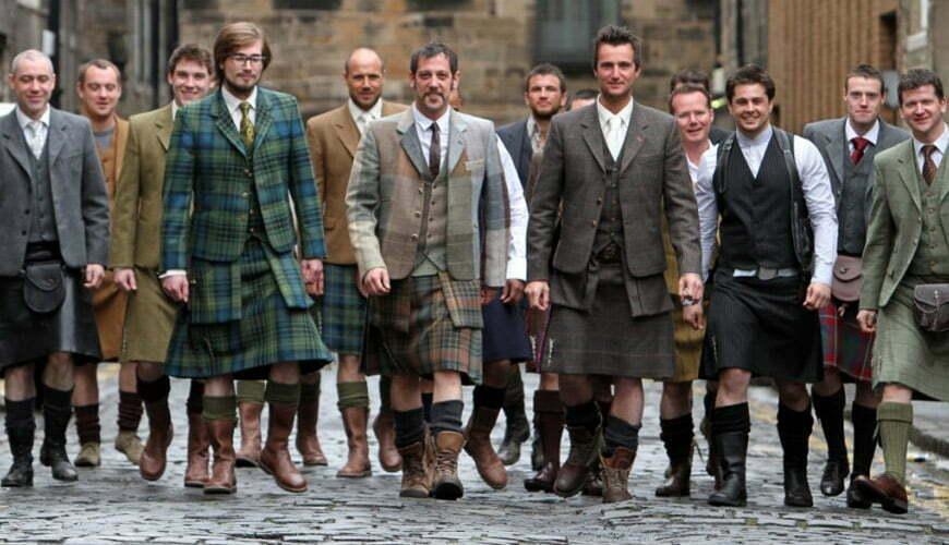 un groupe d hommes portant le kilt dans une rue