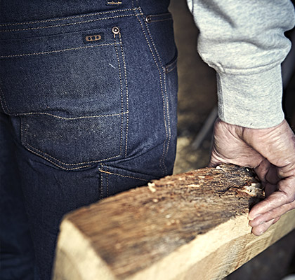 charpentier en jean de travail