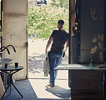 homme dans un atelier habille d un jean de travail dunderdon
