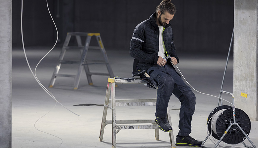 un pro sur chantier en vetement de travail style workwear